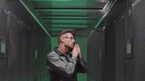 Wartungsmann ruft im Serverraum an