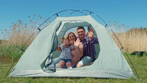Familie mit einem kleinen Mädchen in der Natur ruht sich in einem Touristenzelt