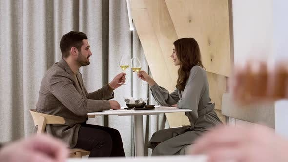 Thumbnail for Liebendes Paar verbringen Abend im Restaurant
