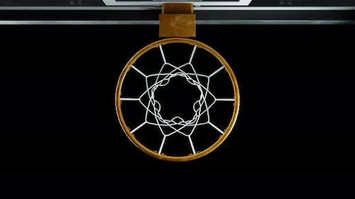 Basketball traf den Korb in Zeitlupe mit Alphakanal