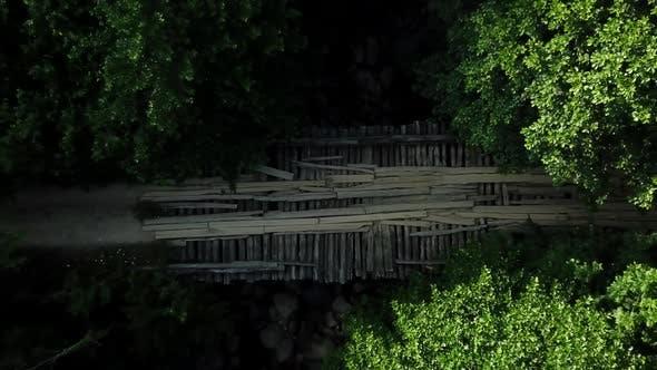 Thumbnail for Top Down Ansicht von Holz Brücke über den Fluss im Kaukasus Regenwald