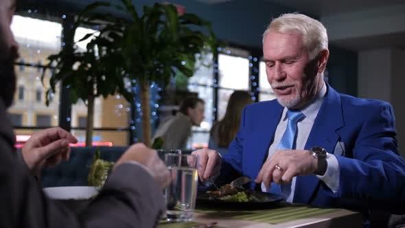 Thumbnail for Porträt des Menschen genießen Mahlzeit und Gespräch