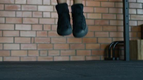 Frau trainiert und springt Seil, Koordinationstraining, Crossfit-Trainingstag im Fitnessstudio, Kraftfitte