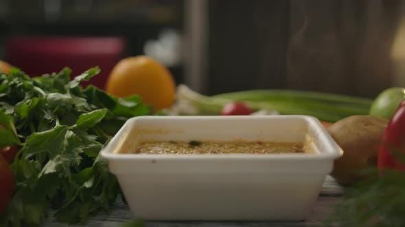 Thumbnail for Natürliches Gemüse in der Nähe von Schachtel mit Billigen chinesischen Instant Nudeln