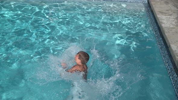Thumbnail for Junge springen in Pool in super Zeitlupe