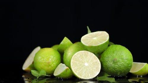 Reife saftige Limette langsam rotierend
