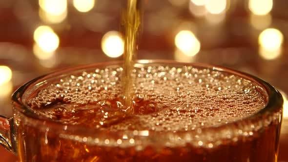 Thumbnail for Heißer schwarzer Tee, der in Glas gegossen wird, transparente Tasse, Nahaufnahmen
