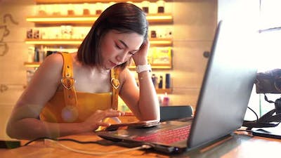 woman using smartphone in a cafe