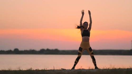 Frau macht Übungen im Strand