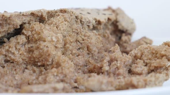 Langsame Neigung Grundnahrungsmittel serviert nach dem Backen 4K 2160p 30fps UltraHD Filmmaterial - Dunkelbraun leckeres Brot cr