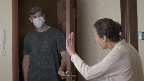 La  femme désinfecte le mari.