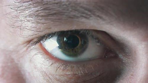 Männlicher Augen-Zoom auf Computer-Chip