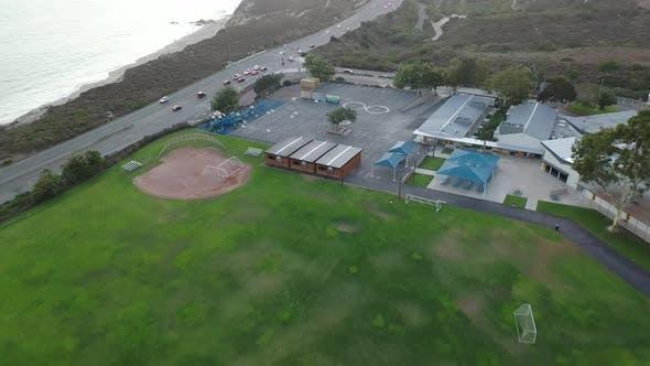 Thumbnail for Aufsteigende über die leere Schule in Kalifornien