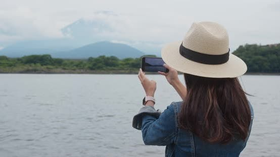 Thumbnail for Woman take photo with the mountain fuji in Japan