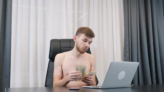 Thumbnail for Junger erfolgreicher Mann zählt amerikanische hundert Dollar Rechnungen, Finanzen und Erfolg Business-Konzept