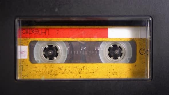 Thumbnail for Audio band. Vintage-Tonbandgerät spielt Audio Kassette darin eingefügt