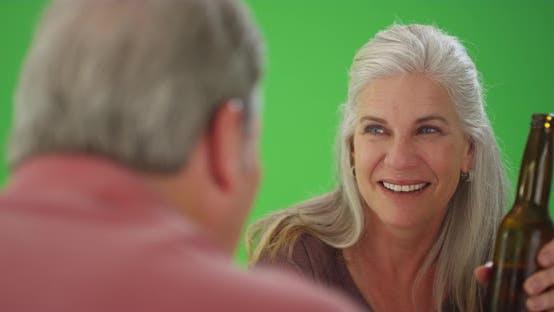 Thumbnail for Weiße Frau im mittleren Alter trinken ein Bier mit einem männlichen Begleiter