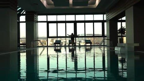 Junge Frau Sprung in Pool im Hotel