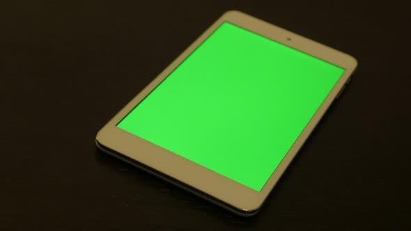 Thumbnail for Silbergrüner Bildschirm Tablet-PC auf dunkler Holzoberfläche langsames Schwenken 4K 2160p UltraHD Filmmaterial - Slow pa