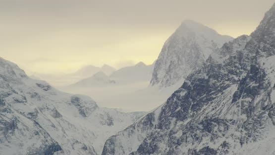 Luftaufnahme Hubschrauberschuss, drehen Sie sich um kleine bewaldete Hügel, um kleine Häuser zu sehen, verschneite Autobahn mit