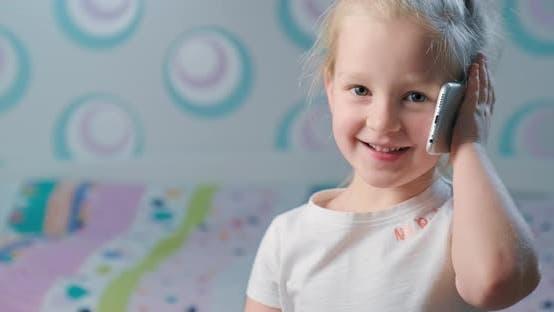 Thumbnail for Kleines Mädchen im Gespräch auf Handy