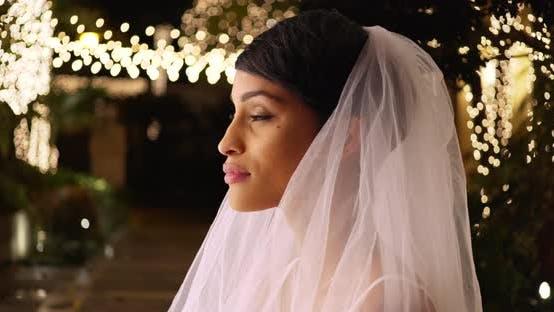Thumbnail for Profil der schönen Braut in Hochzeit Schleier außerhalb romantischen Veranstaltungsort in der Nacht