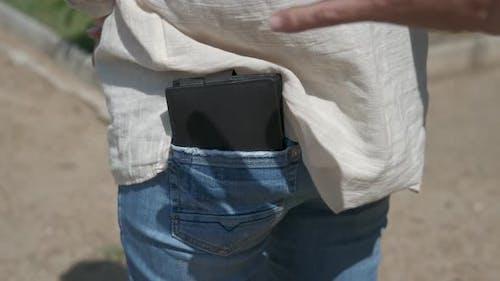 Stehlen Sie eine Brieftasche auf der Straße.