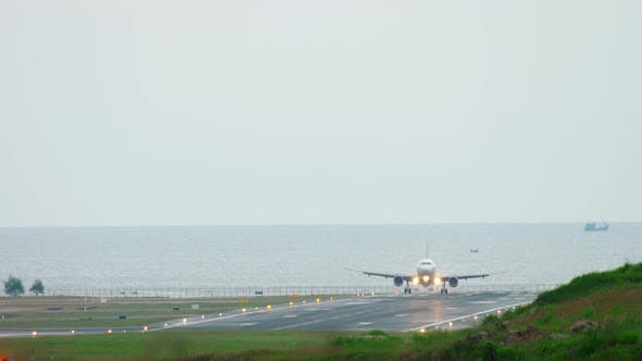 Cover Image for Airplane Approaching Before Landing
