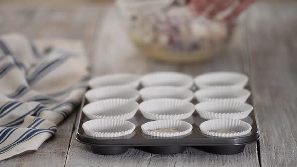 Schritt für Schritt machen eine Blueberry Muffins mit Crumble