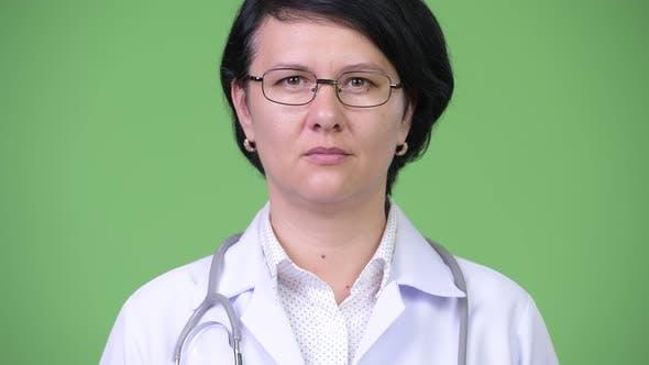 Schöne Frau Arzt mit kurzen Haaren
