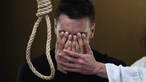 Jesus unterstützt schreienden verzweifelten Mann, der in der Nähe von Seil mit Hangmans-Schlinge steht