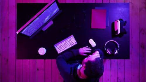 Bärtiger Programmierer Hacker wartet auf die Verarbeitung des Programms