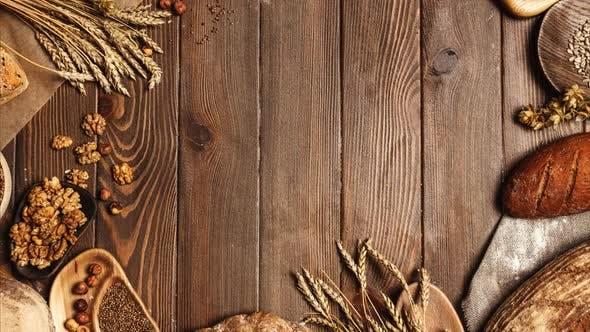 Thumbnail for Roggen, Weizen und Multigrain Rustikale Brotbrote über dunklem Holz