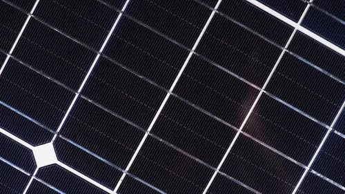 Solarpanel drehen. Monokristalline Solarbatterie. Solarenergie. Silizium-Wafer