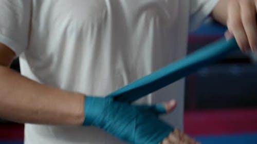 Boxen, Trainingstag, Boxclub, ein männlicher Boxer legt vor dem Kampf einen speziellen Verband auf seine Hände