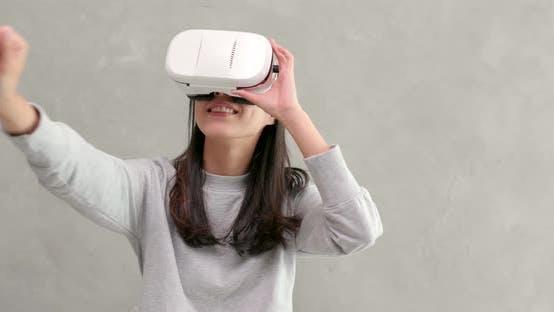 Frau Spiel mit VR-Gerät