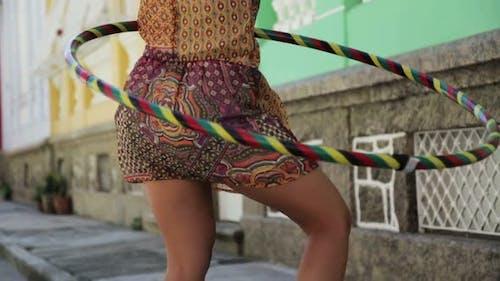 Femme avec hula cerceau