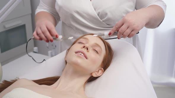 Kosmetische Verfahren in einem Kosmetologie-Salon.