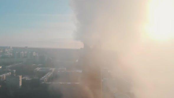 Thumbnail for Luftverschmutzung Problem - ein Industrierohr verschmutzt die Luft in der Stadt