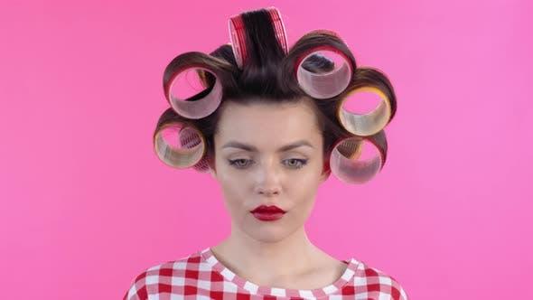 Thumbnail for Gesicht der Frau mit Haarrollen