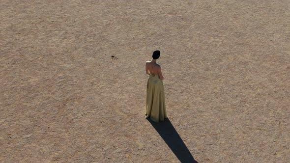 Thumbnail for Eine junge Frau in einem Abendkleid sitzt auf einem Sand Art Deco Frau Ar Nuvo Fashon