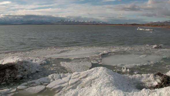 Thumbnail for Fliegen rückwärts über See und enthüllt Haufen Eis