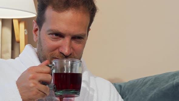Thumbnail for glücklich Reifen Mann genießen Riechen köstlich Hot Tee, Ruhe zu Hause
