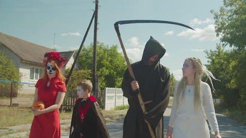 Menschen in Halloween-Kostüme gehen für Leckereien