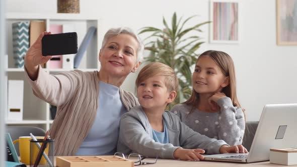 Thumbnail for Selfie mit Enkelkindern