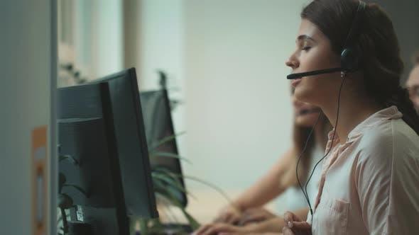 Thumbnail for Call Center Operator im Gespräch mit Kundenfrau im Call Center