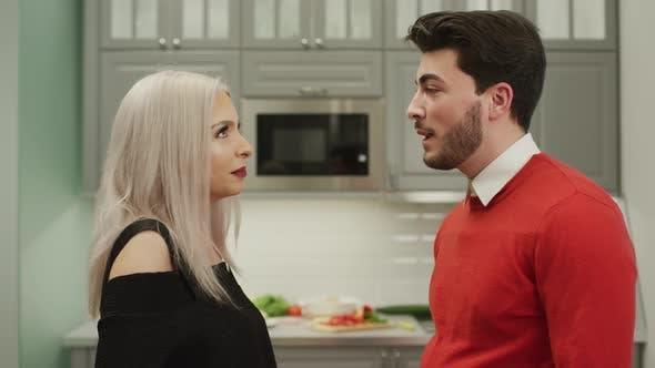Thumbnail for Paar im Gespräch in der Küche