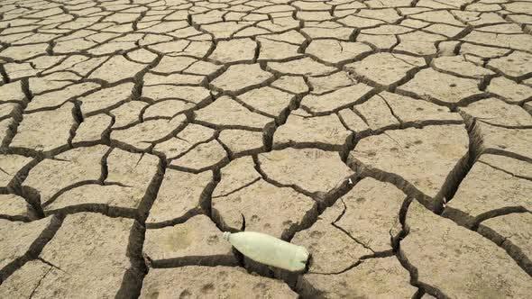 Thumbnail for Boden des leeren Studena-Damms mit leerer Plastikflasche auf der zerbrochenen Erde, Bulgarien