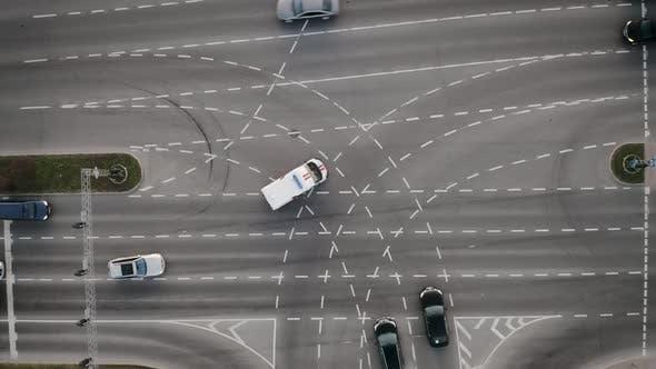 Thumbnail for Автомобиль скорой помощи вождения через пересечение с синими огнями на