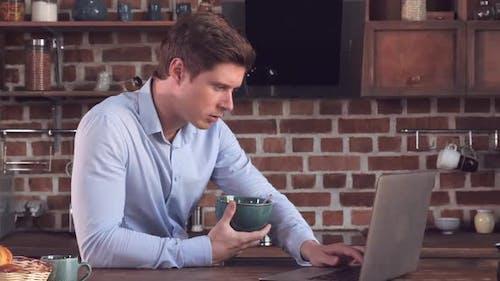 Guy Surfen Internet und Essen Gesunde Nahrung in Wohnung.